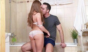 Sexo incesto escondido com irmã novinha no banheiro